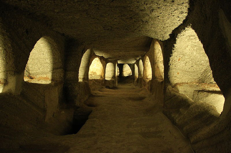 800px-Catacombs_of_Milos_4676077922